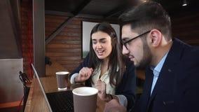 Gladlynta coworkers kommer till den intressanta idén, medan diskutera projektet i ett kafé med en bärbar dator arkivfilmer