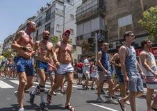 Gladlynta deltagare på bögen Pride Parade arkivbild
