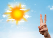 Gladlynta fingersmileys med den ljusa sol- och molnillustrationen Royaltyfri Bild