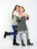 Gladlynta flickor i kläder för en vinter Royaltyfri Bild