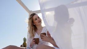 Gladlynta flickor i panelljuset, sol` s rays, tropiska coctailar för flickvändrinken från kokosnötskal, lager videofilmer