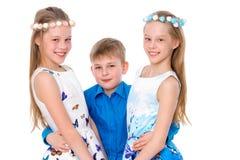 Gladlynta flickor och pysen deras för broder embrac tillsammans Royaltyfri Bild