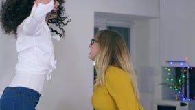 Gladlynta flickvänner som dansar, och sjungande hemmastatt parti med sjal- och kökanordningar i händer stock video