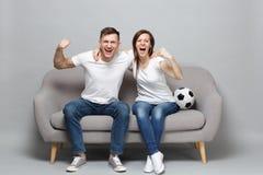Gladlynta fotbollsfan för parkvinnaman hurrar upp det favorit- laget för service med fotbollbollen och att krama som griper hårt  arkivfoto
