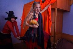 Gladlynta halloween i en familj Royaltyfri Bild