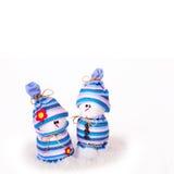 Gladlynta isolerade snögubbejulprydnader Arkivbild