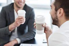 Gladlynta kollegor som dricker kaffe Royaltyfria Bilder