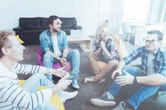 Gladlynta kollegor som organiserar teambuilding Arkivfoto