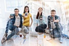 Gladlynta kontorsarbetare som känner lycka arkivbild