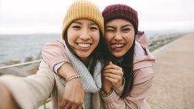 Gladlynta kvinnavänner som har gyckel som utomhus står fotografering för bildbyråer