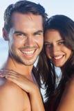 Gladlynta älska par som tillsammans poserar Royaltyfri Bild