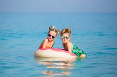 Gladlynta lyckliga flickor har en vila på havet Arkivbild