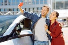 Gladlynta lyckliga par som tar selfies royaltyfria foton