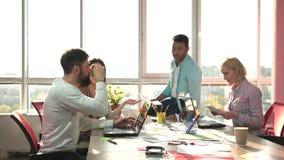 Gladlynta medarbetare för teamworkbegrepp som tar legitimationshandlingar stock video