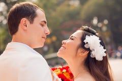 Gladlynta nygift personpar Royaltyfria Bilder