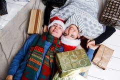 Gladlynta par bland julgåvor arkivfoto