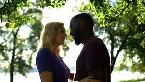 Gladlynta par för blandat lopp som ser de med förälskelse som är lycklig att vara tillsammans royaltyfri bild