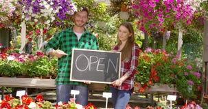Gladlynta par i utvändig blomsterhandel arkivfilmer
