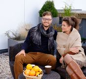 Gladlynta par på en terrass arkivfoton