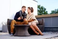 Gladlynta par på en terrass arkivfoto