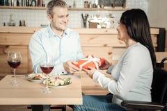 Gladlynta par som utbyter gåvor på valentindagen arkivfoton