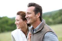 Gladlynta par som utomhus går Fotografering för Bildbyråer