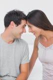 Gladlynta par som vänder mot sig Arkivfoto