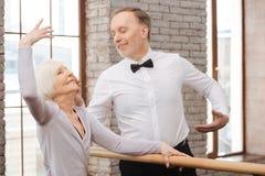 Gladlynta pensionärer som dansar i konststudion Royaltyfria Foton