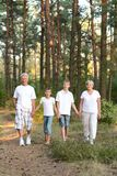 Gladlynta pojkar med hans morföräldrar som har gyckel royaltyfri fotografi