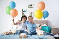 Gladlynta pojkar som firar årlig händelse royaltyfri bild