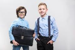 Gladlynta pojkar som väljer deras framtida yrken arkivfoto