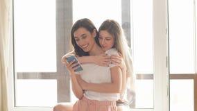 Gladlynta positiva flickor som har stor tid som skojar stund genom att använda en grej arkivfilmer