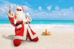 Gladlynta Santa Claus är lycklig om hans perfekta semesterdestin arkivfoto