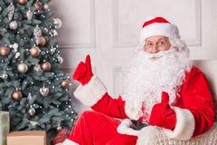 Gladlynta Santa Claus gratulerar med nytt Royaltyfri Fotografi