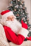 Gladlynta Santa Claus uttrycker realiteten Fotografering för Bildbyråer