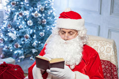 Gladlynta Santa Claus vilar nära en ferie Arkivbild