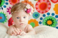 Gladlynta små behandla som ett barn flickan med besegrar syndrom royaltyfri foto