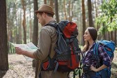 Gladlynta turister som navigerar i tur Fotografering för Bildbyråer