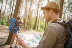 Gladlynta turister som reser i natur Arkivfoton