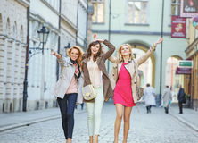 Gladlynta unga kvinnor under gå royaltyfri foto