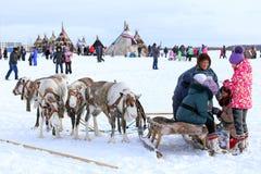 Gladlynta unga män och flickor av folket Nenets Royaltyfri Bild