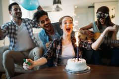 Gladlynta unga vänner som har gyckel på partiet Royaltyfri Fotografi