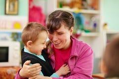 Gladlynta ungar med handikapp i rehabiliteringmitt royaltyfria foton
