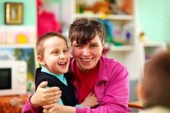 Gladlynta ungar med handikapp i rehabiliteringmitt arkivbilder
