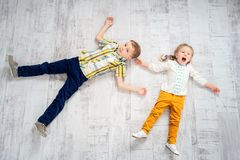 Gladlynta ungar på golv arkivfoton