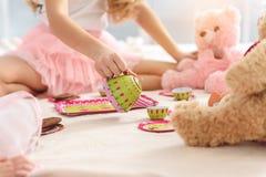 Gladlynta ungar som har bulle-kamp med leksaker arkivbild