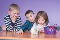Gladlynta ungar som ser påskkaninen Royaltyfri Bild