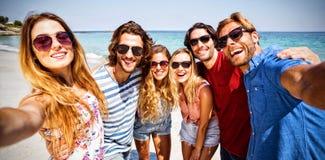 Gladlynta vänner på stranden på solig dag stock illustrationer