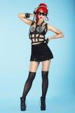 glam Full längd av den stilfulla modemodellen i mörk Eyewear och moderiktig kläder Arkivbilder