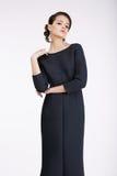 glam Modello di moda lussuoso in vestito nero fotografie stock libere da diritti